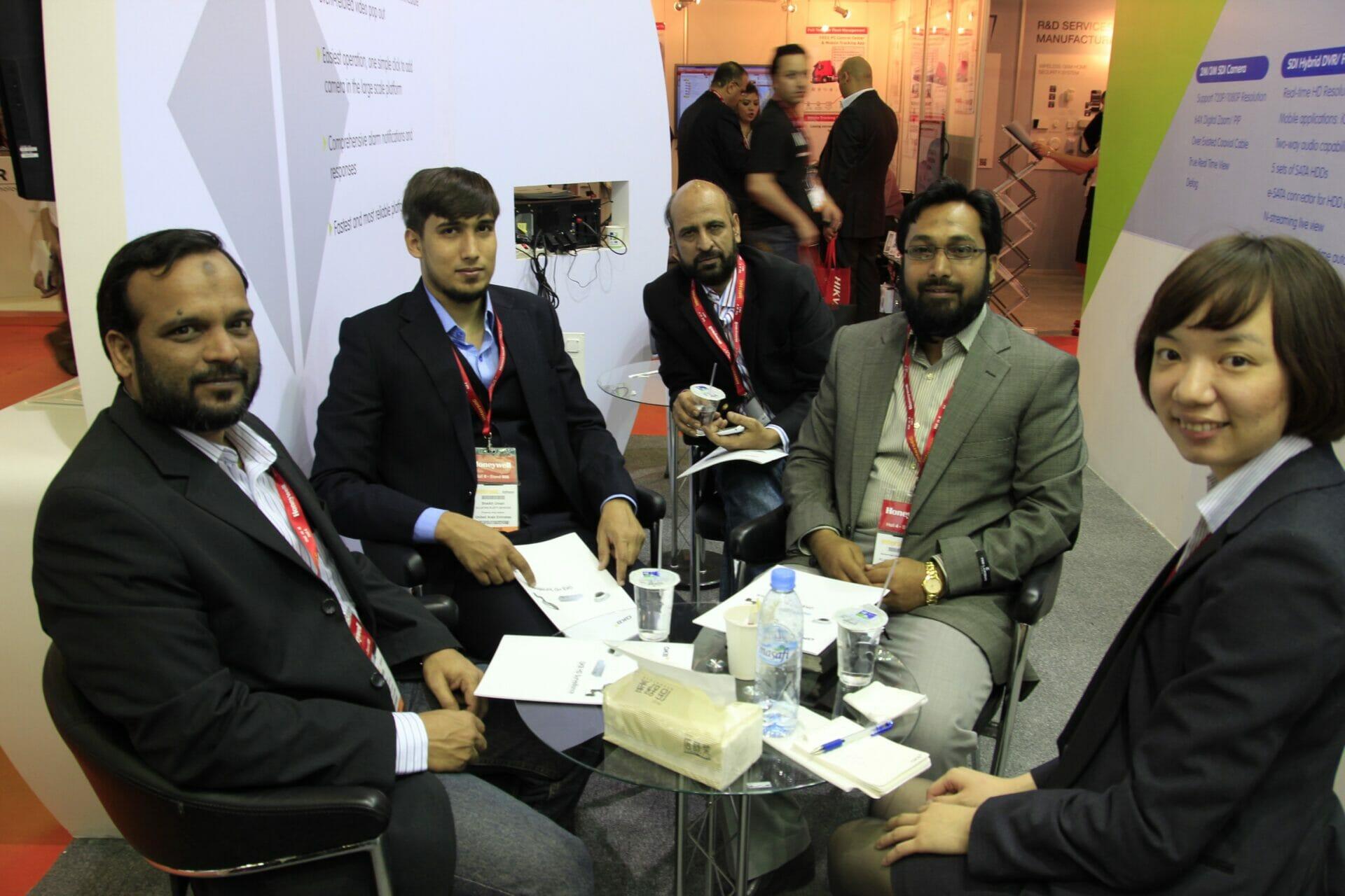 2013年1月,於杜拜展會和巴基斯坦客戶留影